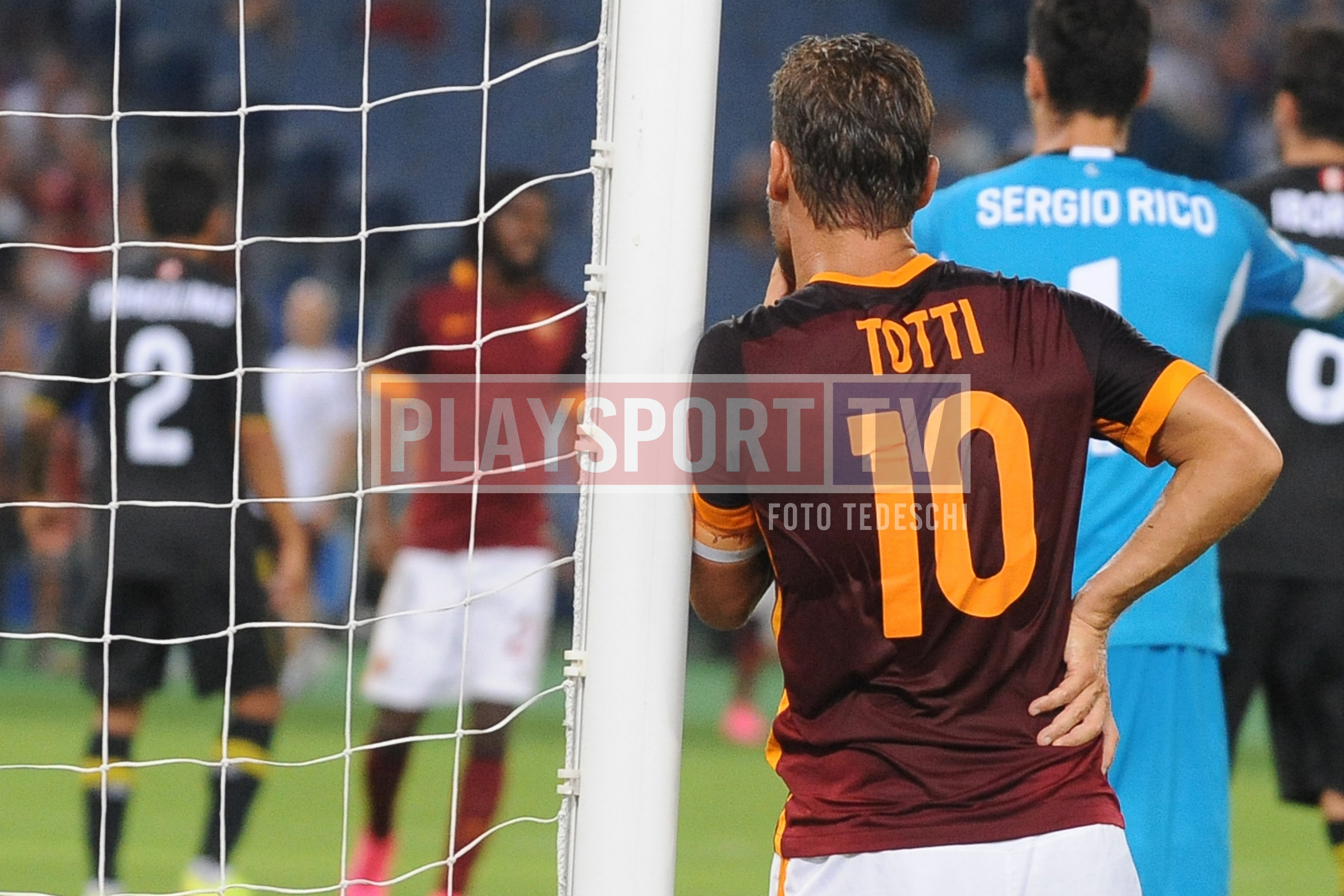 La 10 autografata da Francesco Totti per un progetto benefico in Costa D'Avorio